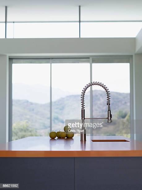 Innenraum der modernen Küche mit spray Einstellungen