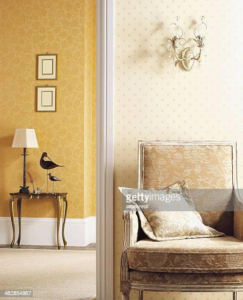 Intérieur du fauteuil classique contre le mur en petit comité.