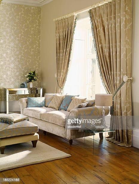 内側の 3 人掛けのソファー、フォーマルなリビングルーム