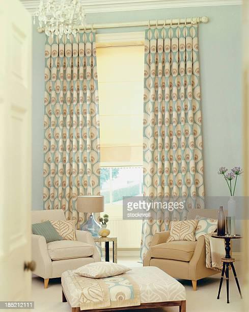 Intérieur contemporain de deux chaises dans la salle de séjour