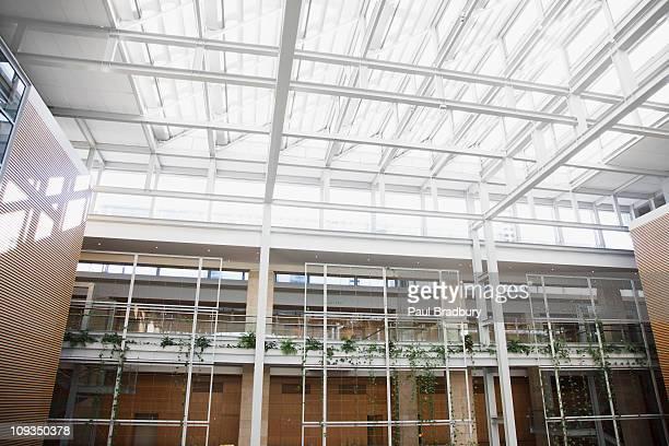 Intérieur d'allées et de puits de lumière dans un immeuble de bureaux