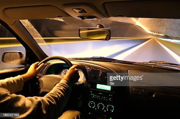 Ein interior shot der Vorderseite für ein Auto fahren bei Nacht