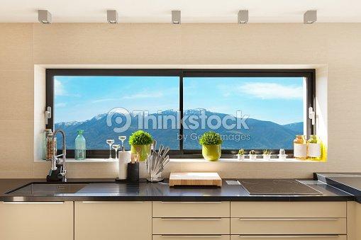 Interni cucina moderna foto stock thinkstock - Cucine moderne con finestra sul lavello ...