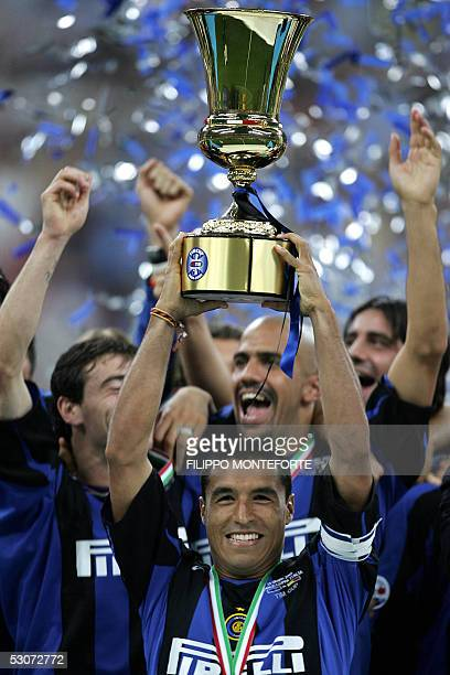 InterMilan's capitain Ivan Ramiro Cordoba lifts the Coppa Italia after winning the final football match against AS Roma in Milan's SSiro Stadium 15...