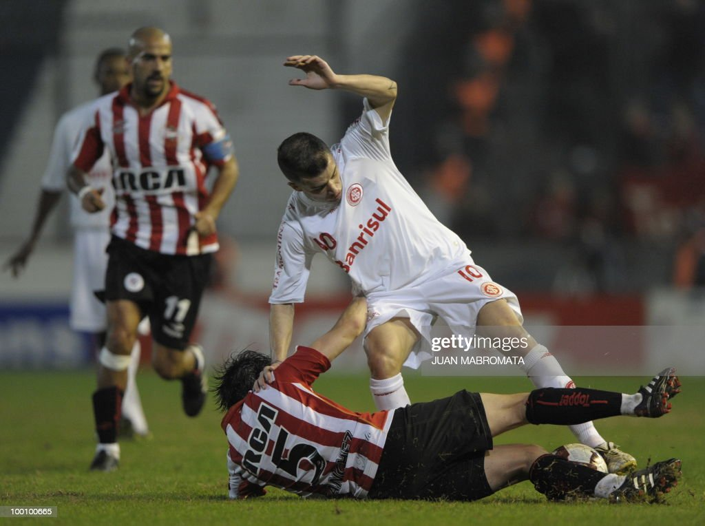 Internacional's midfielder Andres D'Alessandro (top) vies for the ball with Estudiantes de la Plata's midfielder Matias Sanchez during their Copa Libertadores 2010 quarterfinals football match at Quilmes stadium in Buenos Aires, Argentina, on May 20, 2010. Estudiantes won 2-1 but Internacional qualified for for next round AFP PHOTO / Juan Mabromata
