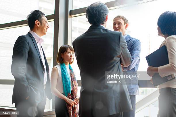 International Geschäftsleute beim Scrum Meeting am Fenster