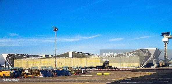 フランクフルト国際空港の冬の空を背景に青色 : ストックフォト