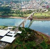 Vista aérea da Ponte Internacional da Amizade ligando o Brasil, através do estado do Paraná, à Argentina e ao Paraguai, na América do Sul, através das cidades da fronteira: Foz do Iguaçu (Brasil), Pue