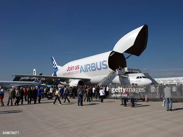 Internationale Luftfahrtausstellung ILA neues Ausstellungsgelaende in Selchow Beluga Transportflugzeug Firma Airbus