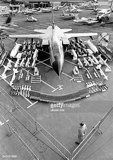 Internationale Luftfahrtschau in Hannover1978Das europäische Kampfflugzeug MRCA'Tornado' mit seinen Waffen undZusatzsystemen1978