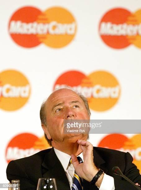 Internationales Meeting 2003 Berlin Mastercard erneuert Zusammenarbeit mit den fuenf groessten Fussballorganisationen FIFA Praesident Joseph BLATTER