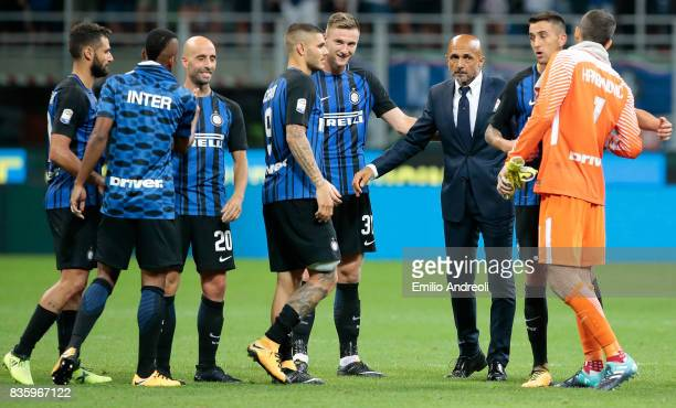 Internazionale Milano coach Luciano Spalletti celebrates the victory with his players at the end of the Serie A match between FC Internazionale and...