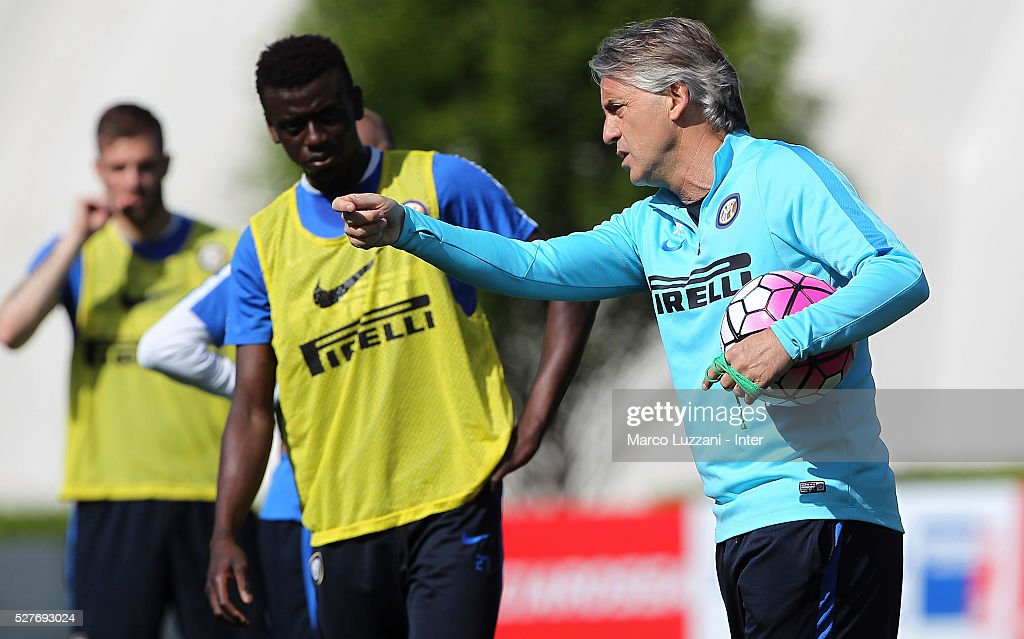 FC Internazionale Milano coach <a gi-track='captionPersonalityLinkClicked' href=/galleries/search?phrase=Roberto+Mancini&family=editorial&specificpeople=234429 ng-click='$event.stopPropagation()'>Roberto Mancini</a> issues instructions to his player Assane Gnoukouri during the FC Internazionale training session at the club's training ground 'La Pinetina' on May 3, 2016 in Como, Italy.