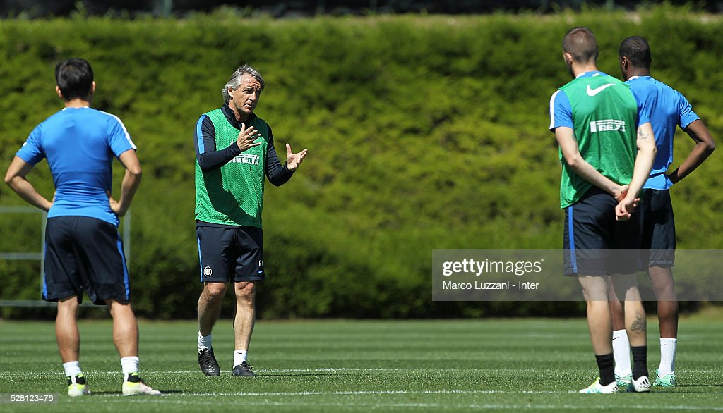 FC Internazionale Milano coach <a gi-track='captionPersonalityLinkClicked' href=/galleries/search?phrase=Roberto+Mancini&family=editorial&specificpeople=234429 ng-click='$event.stopPropagation()'>Roberto Mancini</a> issues instructions to his players during the FC Internazionale training session at the club's training ground 'La Pinetina' on May 4, 2016 in Como, Italy.