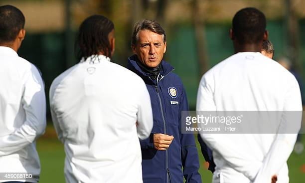 Internazionale Milano coach Roberto Mancini speaks to his players during a FC Internazionale training session at the club's training ground on...