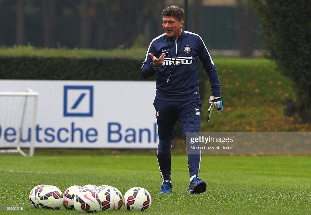FC Internazionale Milano coach <a gi-track='captionPersonalityLinkClicked' href=/galleries/search?phrase=Walter+Mazzarri&family=editorial&specificpeople=5314636 ng-click='$event.stopPropagation()'>Walter Mazzarri</a> issues instructions to his players during FC Internazionale training session at the club's training ground on October 9, 2014 in Appiano Gentile Como, Italy.