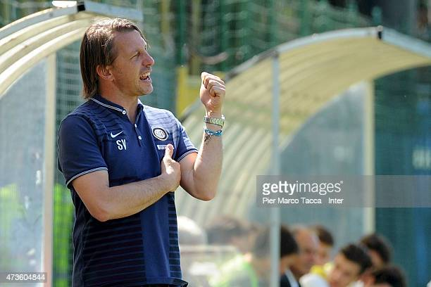 Internazionale Milano head coach Stefano Vecchi issues instructions to his players during the juvenile match between FC Internazionale and FC Hellas...
