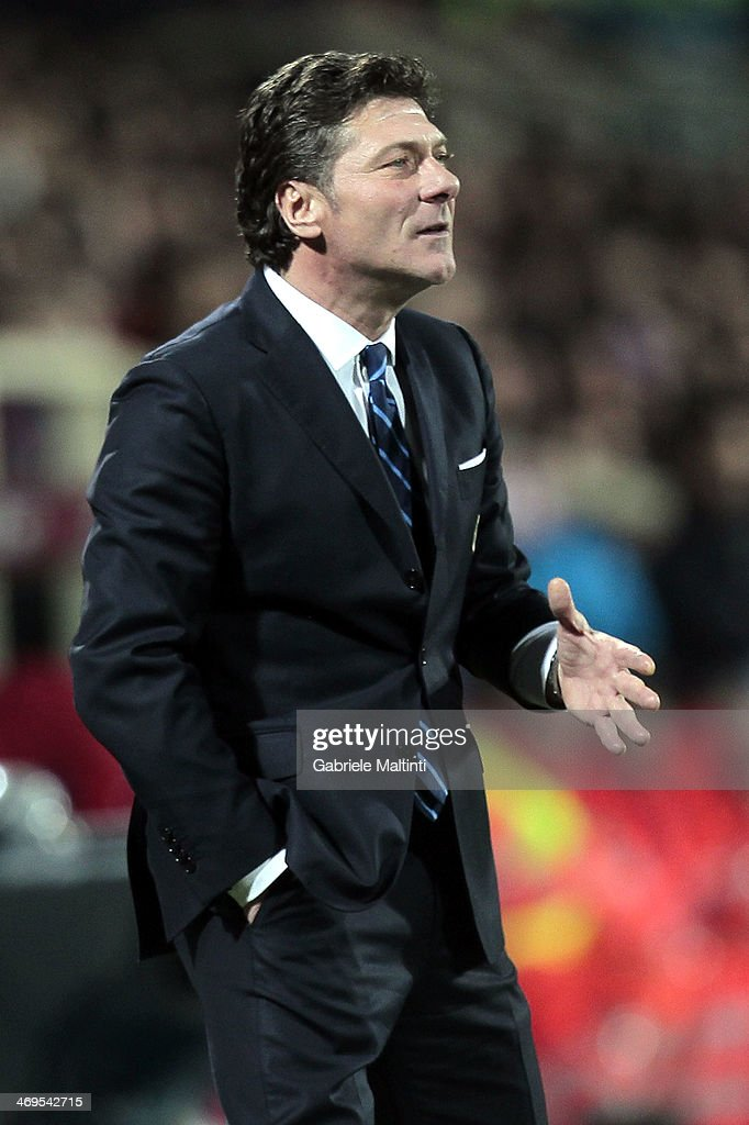 FC Internazionale Milano head coach Walter Mazzarri shouts instructions to his players during the Serie A match between ACF Fiorentina and FC Internazionale Milano at Stadio Artemio Franchi on February 15, 2014 in Florence, Italy.