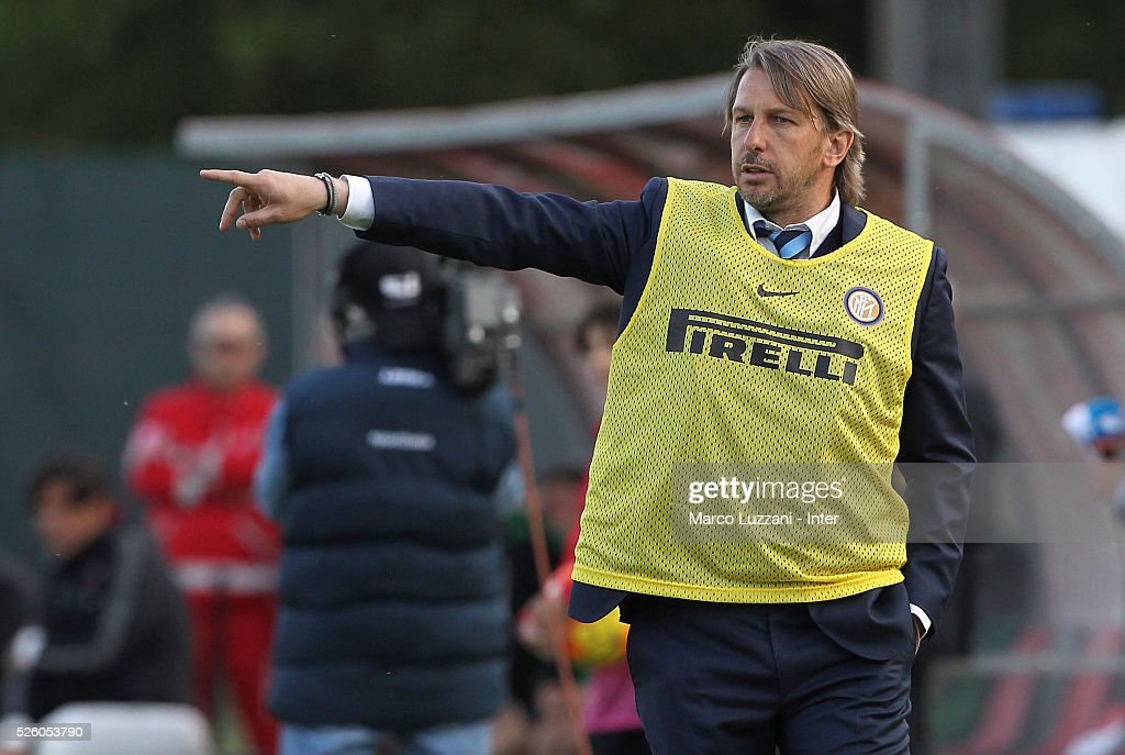 FC Internazionale Milano Juvenile coach Stefano Vecchi issues instructions to his players during the juvenile match between AC Milan and FC Internazionale at Centro Sportivo Giuriati on April 29, 2016 in Milan, Italy.