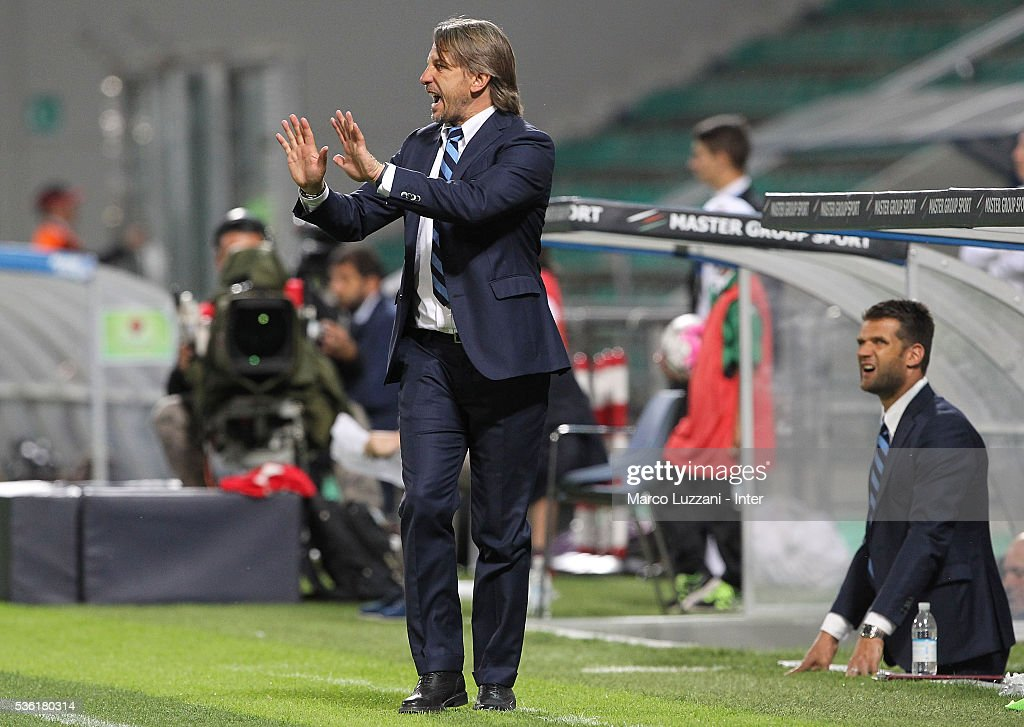 FC Internazionale Milano Juvenile coach Stefano Vecchi issues instructions to his players during the juvenile playoff match between FC Internazionale and AS Roma at Mapei Stadium - Citta' del Tricolore on March 31, 2016 in Reggio nell'Emilia, Italy.