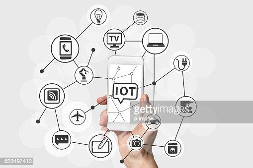 Internet Dinge (IOT) Konzept mit Hand halten Smartphone : Stock-Foto
