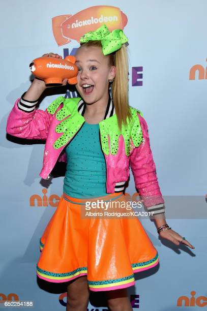 Internet Personality JoJo Siwa winner of the Favorite Viral Music Artist poses with her award backstage at Nickelodeon's 2017 Kids' Choice Awards at...