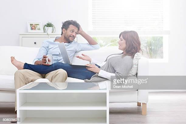 Interracial couple de détente sur le canapé dans le temps