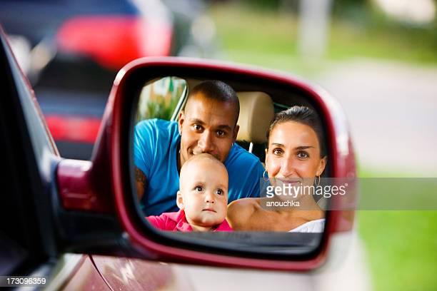 Interracial Familie mit einem Jahr altes Kind im Auto