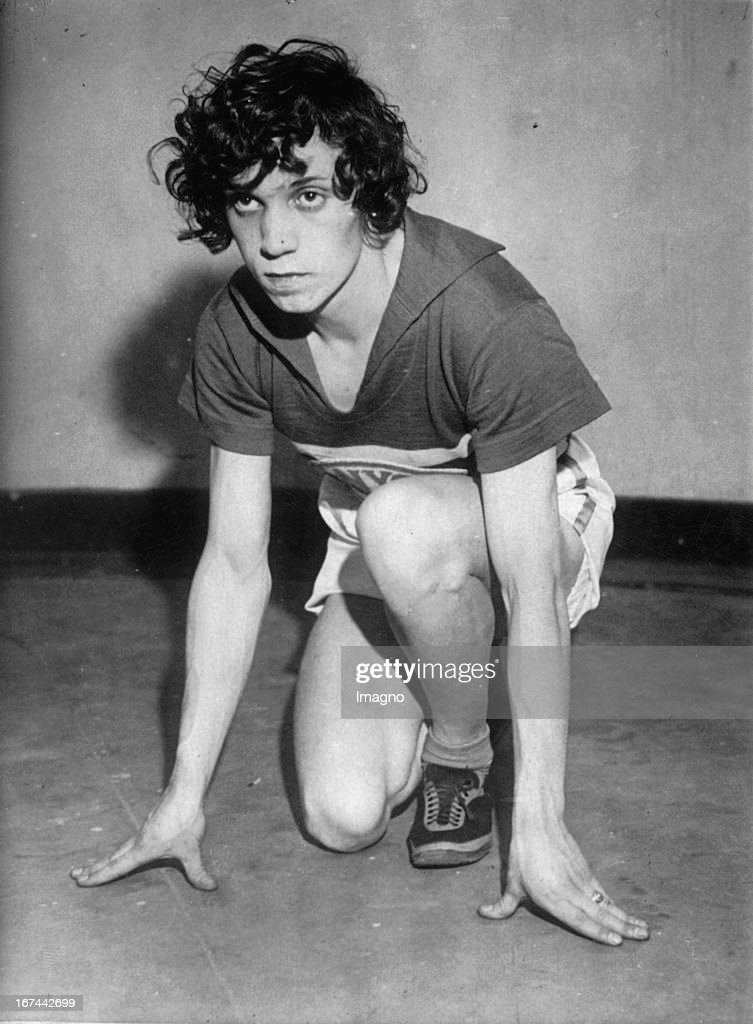 Intersex Polish-American athlete Stanislawa Walasiewicz (after marriage Stella Walsh Olson). 1933. Photograph. (Photo by Imagno/Getty Images) Die intersexuelle polnisch-US-amerikanische Leichtathletin Stanisawa Walasiewicz (nach Heirat Stella Walsh Olson) in Startpose. 1933. Photographie.
