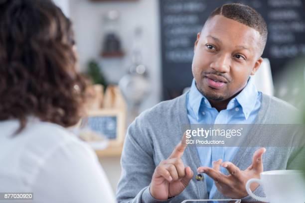 Interviewer skizziert Aufgaben in Coffee-Shop-interview