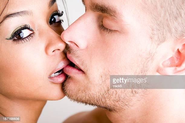 Moments intimes entre une paire de jeunes amoureux embrassant