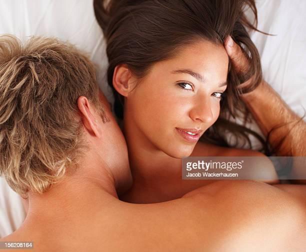 Intimen junge Paar während foreplay im Bett