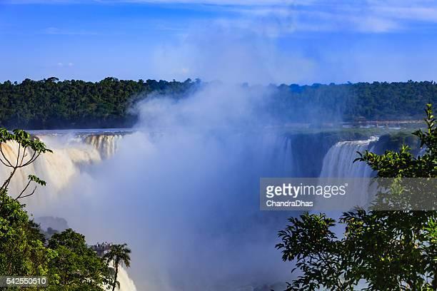 Na garganta do diabo : Cataratas Iguassu entre Brasil e Argentina.