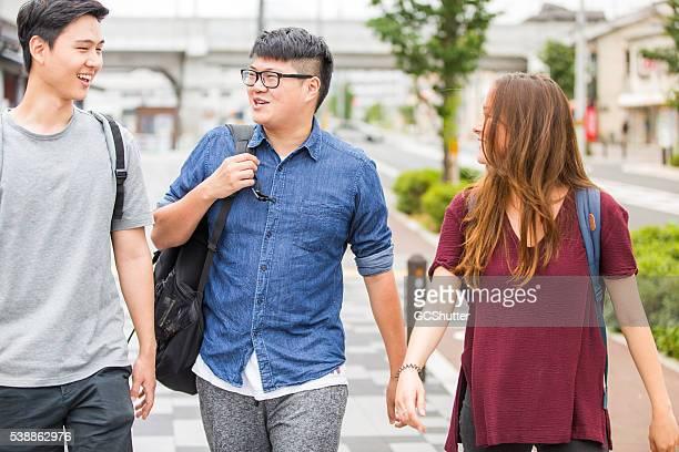 Intresting Gespräch zwischen eine Gruppe von Freunden auf dem Weg zum college.