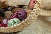 Plan rapproché sur l'intérieur d'un panier joséphina, vannerie spéciale pour la laine et les rubans
