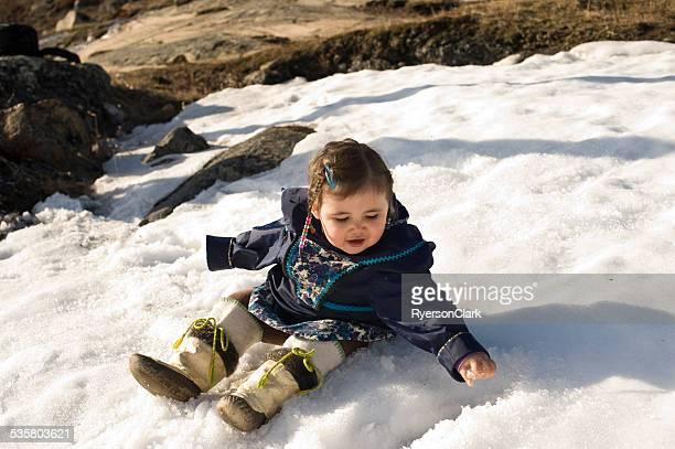 Eskimo Kind im Schnee, Baffin Island, Nunavut, Kanada.