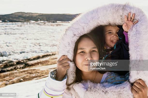 Inuit Madre e hija en la isla de Baffin, Nunavut, Canadá.
