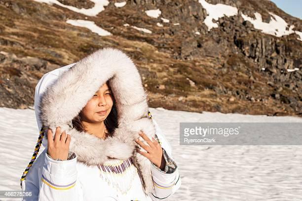Inuit-Frau auf der Tundra auf Baffin Island, Nunavut, Kanada.