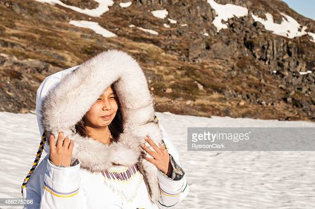 Inuit mujer en la Tundra de isla de Baffin, Nunavut, Canadá.