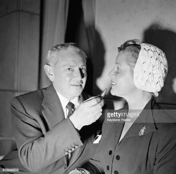 L'inventeur du maquillage des stars Max Factor et l'actrice Blanchette Brunoy à Paris France le 4 mai 1953