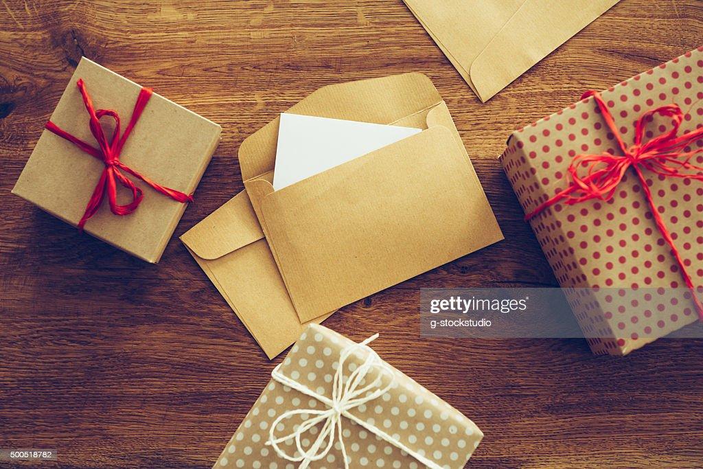 Как упаковать подарок конвертиком 32
