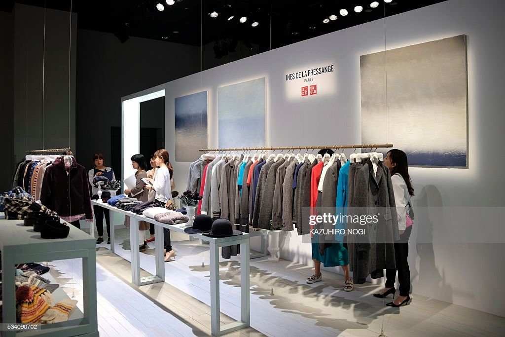 Invited guests take a look at the UNIQLO 2016 fall-winter press preview, produced by Japan's Fast Retailing, in Tokyo on May 25, 2016. / AFP / KAZUHIRO
