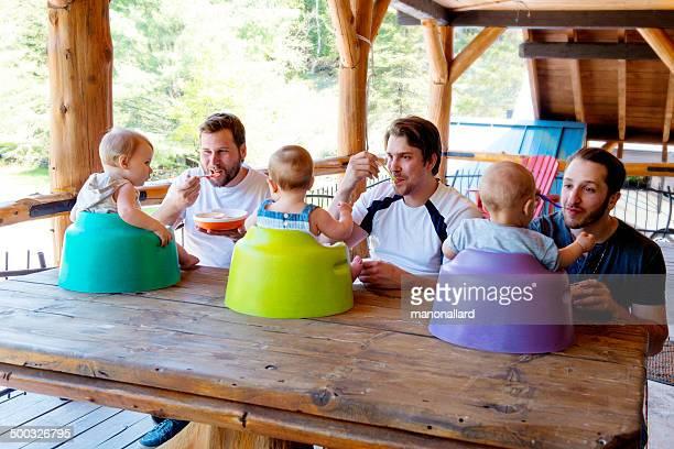 Des papas qui s'impliquent nourrir son bébé