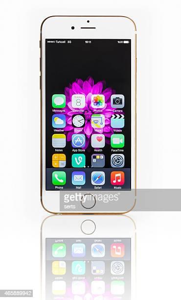 iPhone 6 avec les mains sur la mode sur blanc
