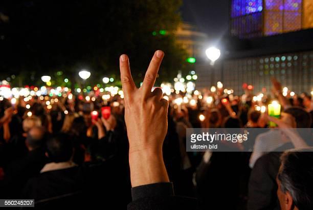 Iraner demonstrieren mit einer Lichterkette ihre Unterstützung für die iranische Oppositonsbewegung und gegen Wahlfälschung in Berlin