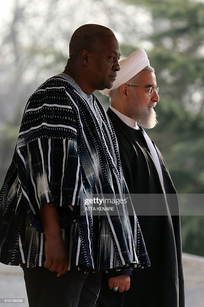 Iranian President Hassan Rouhani (R) and Ghana's president John Dramani Mahama take part in a welcoming ceremony before a meeting at the Saadabad Palace on February 14, 2016 in Tehran. / AFP / ATTA KENARE