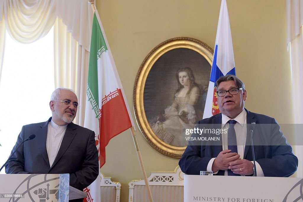 Iran's Foreign Minister Mohammad Javad Zarif (L) and Finnish Foreign Minister Timo Soini hold a meeting in Helsinki on May 31, 2016. / AFP / Lehtikuva / Vesa Moilanen / Finland OUT