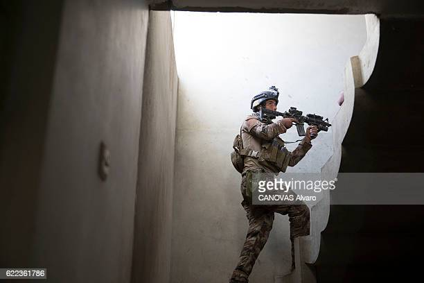 Iraq the reconquest of Mosul occupied by Daech In the northeast of Mosul in the distric of Gogiali a soldiers of the 1st battalion of the Golden...