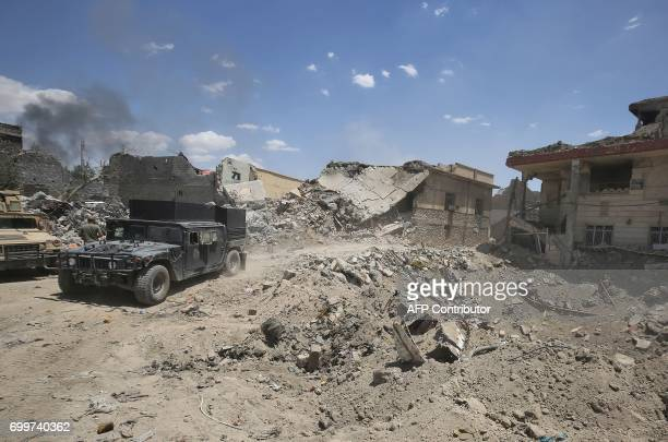 TOPSHOT Iraqi antiterrorism forces advance in the Old City of Mosul on June 22 during the ongoing offensive by Iraqi forces to retake the last...