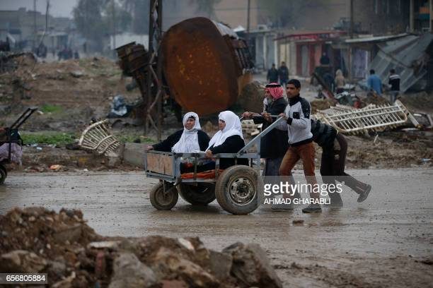TOPSHOT Iraqi civilians flee the city of Mosul as Iraqi forces advance in their massive operation to retake Iraq's second city from jihadists of the...